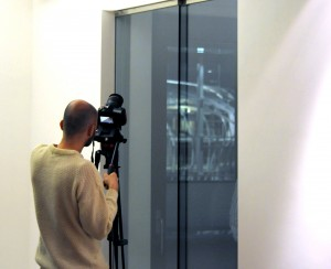 """Tomaso Pessina durante le riprese con """"la nuvola"""" in costruzione."""